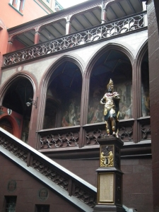 rathaus-statue